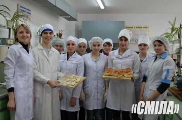 Смілянські студенти печуть пиріжки та плетуть браслети для бійців АТО