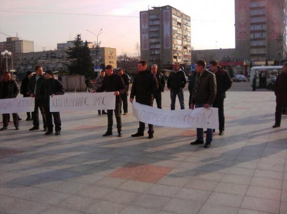 У Черкасах із плакатами мітингують на підтримку Пустовара (ФОТО)