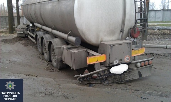 Через ями на дорозі у Черкасах вантажівка втрапила у ДТП