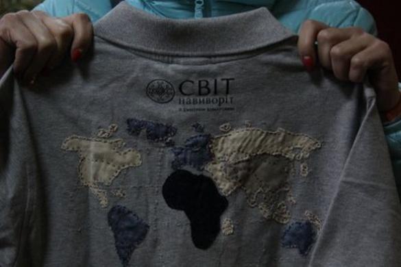 Мама Андрійка Семиліта подарувала черкаським школярам пам'ятну футболку в знак вдячності (ВІДЕО)