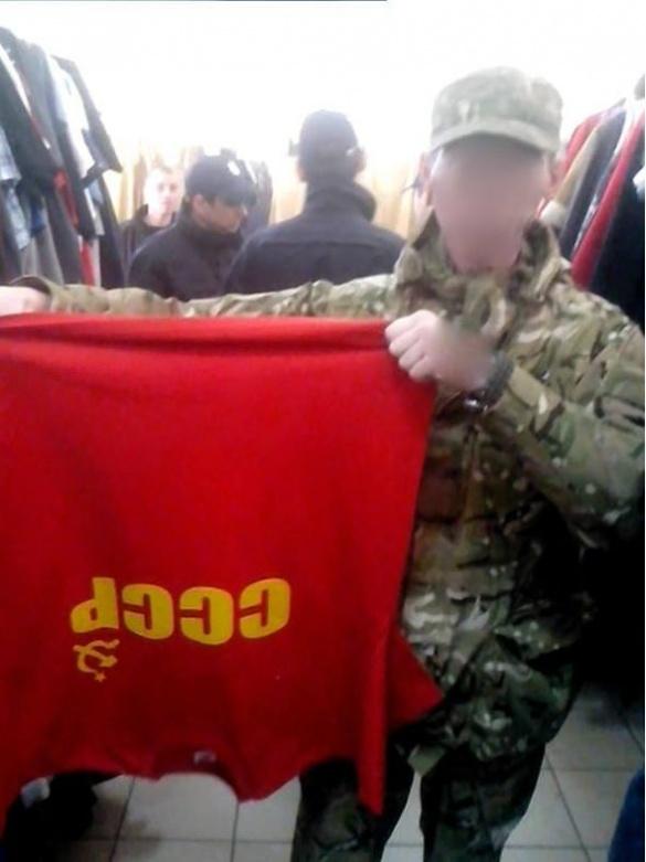 Правий сектор у Черкасах вилучив ворожу футболку з місцевого секонд-хенду