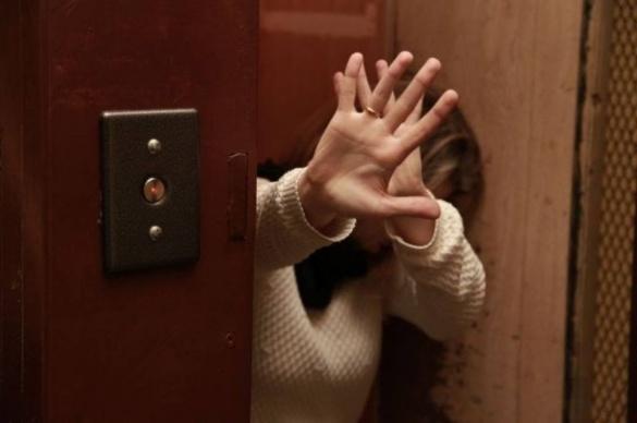 У Черкасах чоловік напав на жінку у ліфті