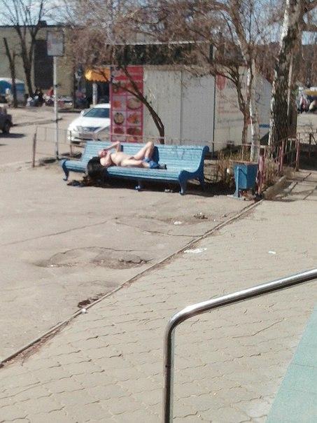 Голий дивак вирішив відпочити на лавці у центрі Черкас (фотофакт)