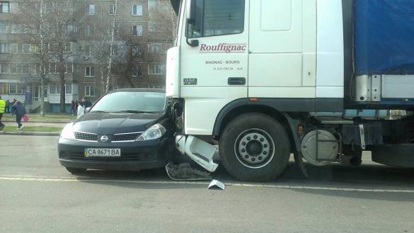 У Черкасах вантажівка зіткнулася з легковиком (ФОТО)