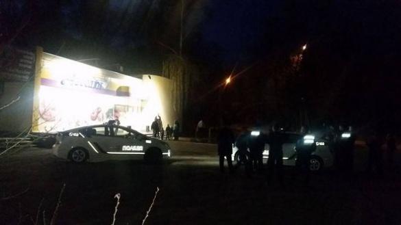 У Черкасах зловмисники, погрожуючи ножем, пограбували місцевого жителя