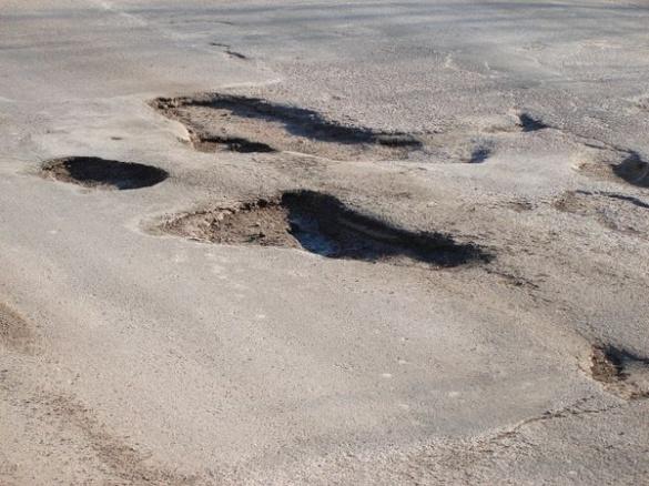 Активісти поглузували над однією із найгірших доріг Черкащини