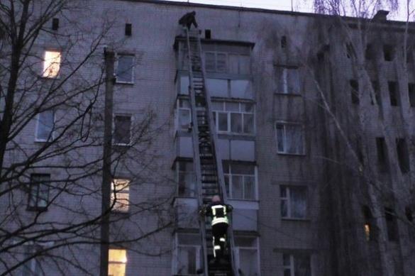 На Черкащині рятувальники знімали чоловіка з даху балкону п'ятиповерхівки