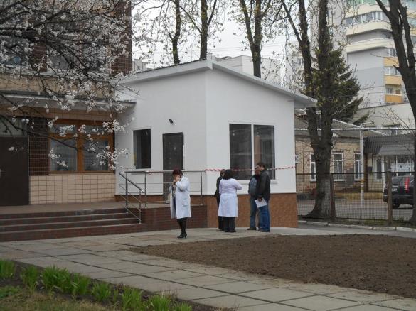 Впритул до черкаської поліклініки незаконно звели споруду (ФОТО)