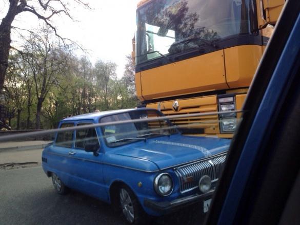 ДТП у Черкасах: вантажівка і легковик не поділили дорогу (ФОТО)
