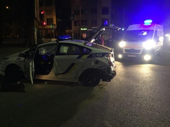 У Черкасах п'яний водій на швидкості в'їхав у машину патрульних (ФОТО)