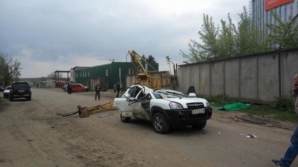 Будівельний кран впав на машину черкащанки (ФОТО)