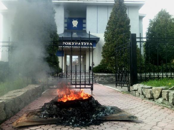 На Черкащині активісти підпалили шини біля прокуратури