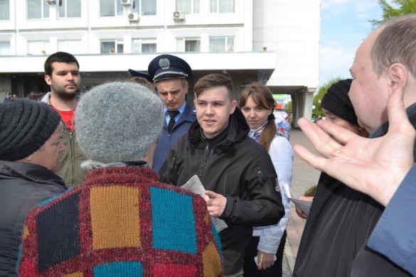 Біля Черкаської міської ради сталася сутичка між комуністами та свободівцями