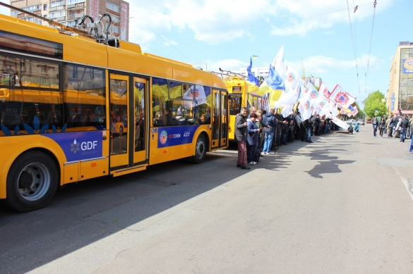 Мер із бізнесменами промчав у тролейбусі вулицями Черкас (ФОТО)