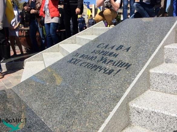 У Черкасах встановили пам'ятник героям (ФОТО)