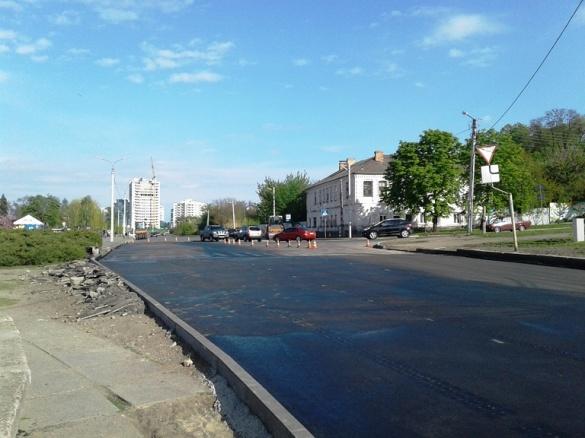 Біля нової дороги у Черкасах облаштовують тротуар (ФОТО)