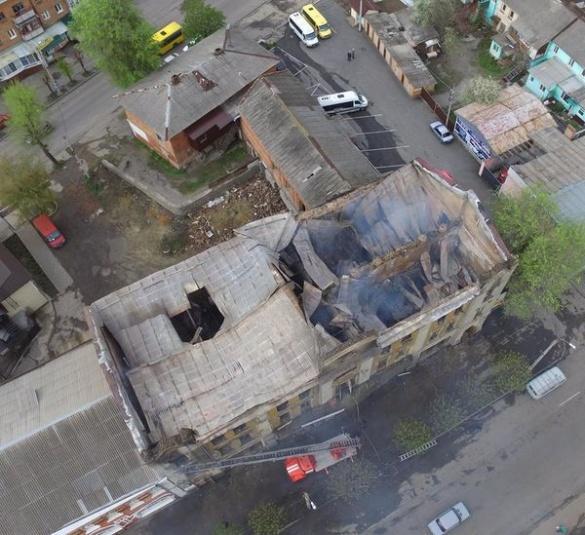 Залишки даху згорілого готелю на Черкащині ледь не впали на зупинку
