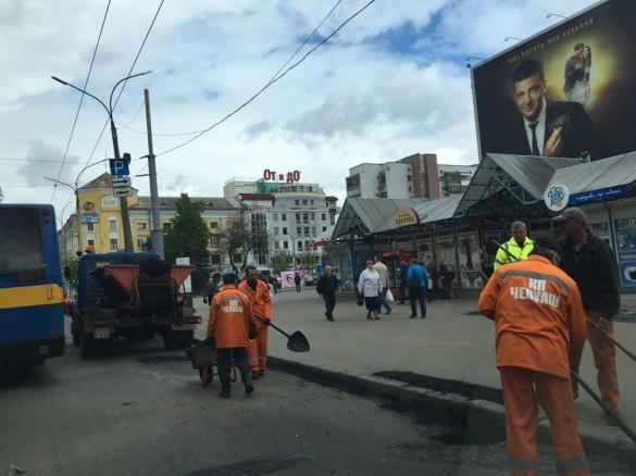 На центральній вулиці Черкас комунальники