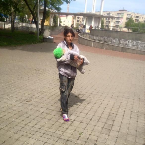 Жебрачки із малими дітьми оточили сквер у Черкасах