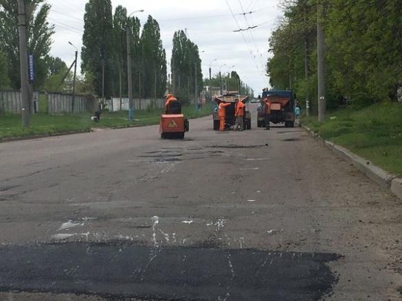 Черкаські дороги продовжують латати до поминальних днів