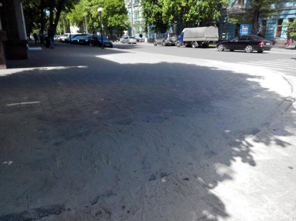 Багатостраждальний тротуар у Черкасах нарешті поремонтували