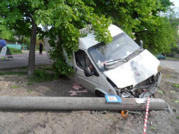 У Черкасах машина врізалася у стовп