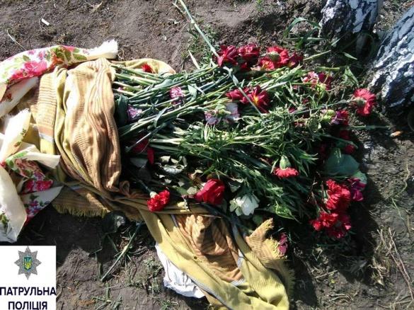 Чоловік у центрі Черкас продавав квіти з кладовищ