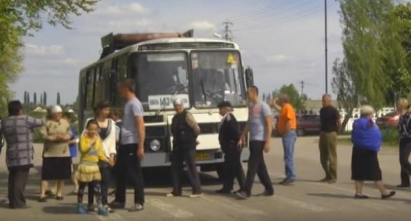 На Черкащині люди перекрили дорогу вантажівкам (ВІДЕО)