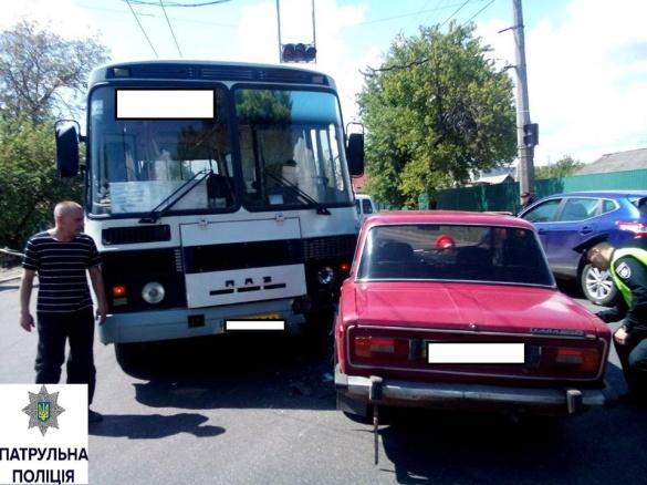 ДТП у Черкасах: легковик не пропустив автобус (ФОТО)