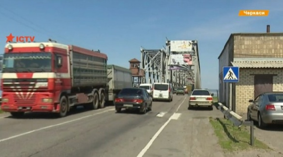 Міст через Дніпро у Черкасах руйнується від сильної вібрації (ВІДЕО)