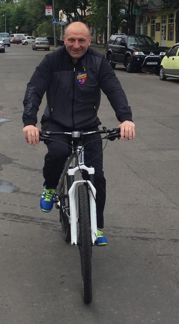 Мер Черкас проїхався на велосипеді у формі