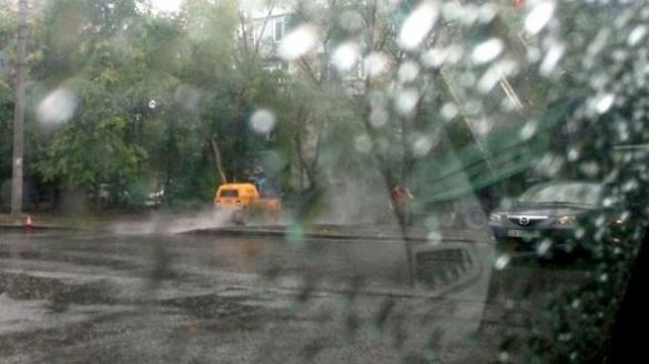 Негода не завадить: у Черкасах кладуть асфальт під час дощу (фотофакт)