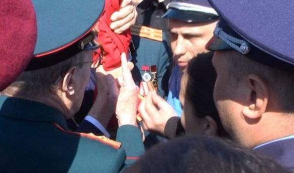 У Черкасах зчинилася бійка через червоний прапор на мітингу (ВІДЕО)
