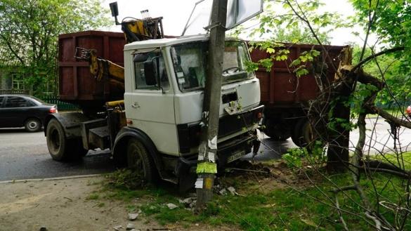 У Черкасах чергова ДТП: вантажівка в'їхала у бетонний стовп