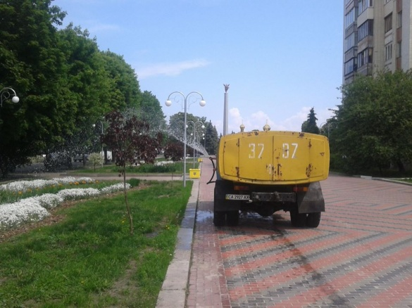 У Черкасах поливають клумби після дощу (ФОТО)