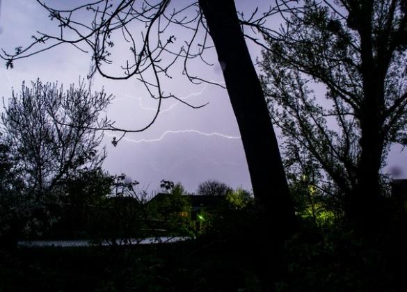 На Черкащині чоловіка уразила блискавка просто на зупинці