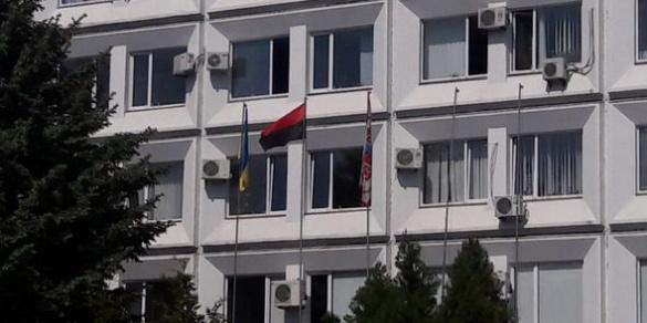 Черкаські активісти замінили прапор ЄС біля міськради на червоно-чорний