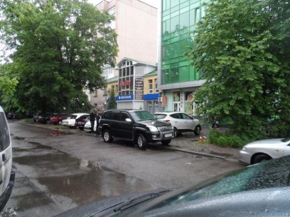 У Черкасах із машини Land Cruiser Prado викрали чималу суму грошей