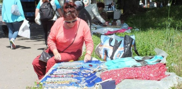 Сувора пенсія: літні жінки у Черкасах заробляють на хліб просто неба (ВІДЕО)