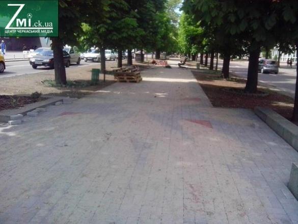 На центральній алеї Черкас продовжують викладати плитку (ФОТО)