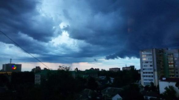 Жителі Черкас діляться світлинами неба перед вчорашньою грозою (ФОТО)