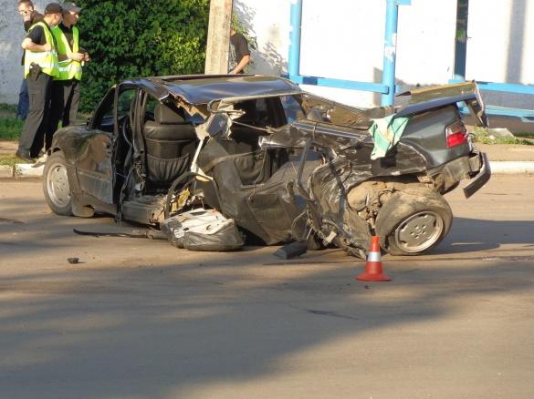 Жахлива ДТП у Черкасах: половину машини зім'яло після удару (ФОТО)