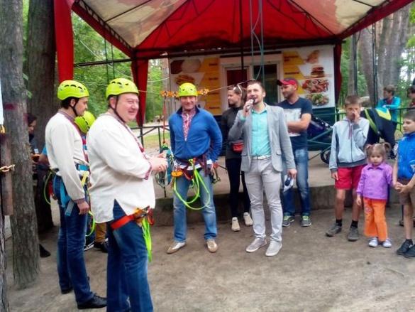 Нову розвагу для екстремалів у Черкасах першим випробував міський голова
