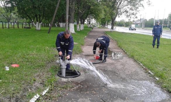 У Черкасах рятувальники випробовують пожежні гідранти