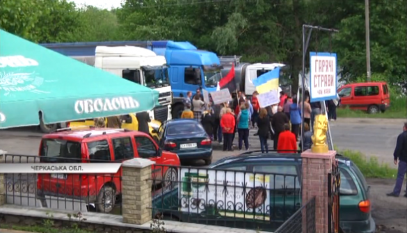 Рух транспорту на трасі Умань-Черкаси другу добу блокують активісти (ВІДЕО)
