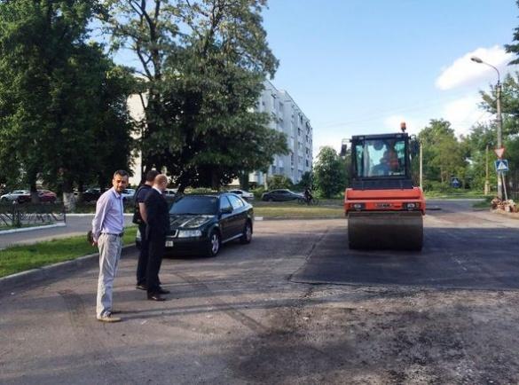 На черкаських вулицях активно латають ями (ФОТО)