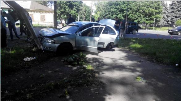 У Черкасах автомобіль влетів у електроопору (ФОТО)