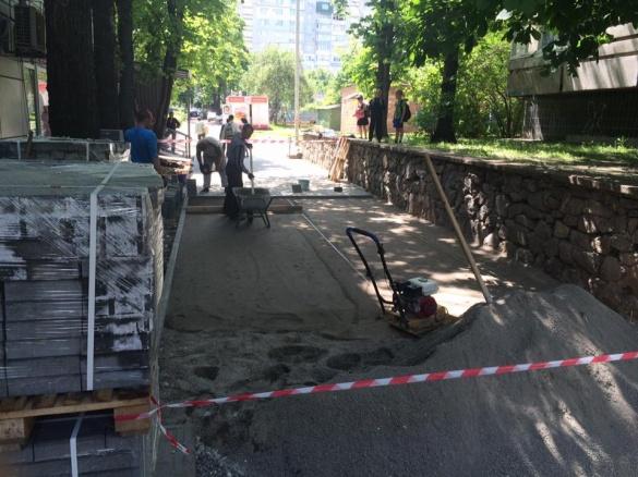 Неподалік черкаського ринку двори замощують плиткою