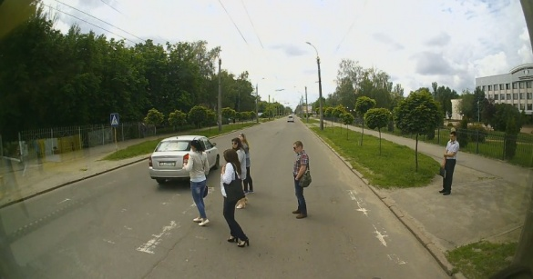 У Черкасах автівка ледь не збила людей на пішохідному переході (ВІДЕО)