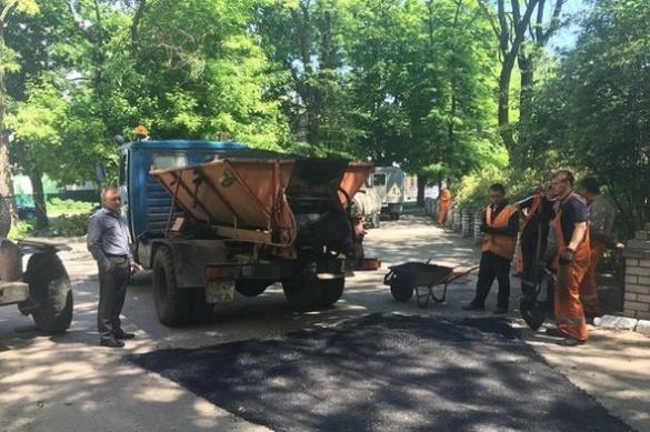 Комунальники заасфальтували ями на території черкаської школи (ФОТО)
